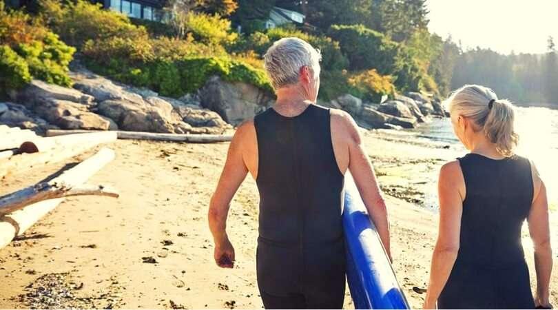 Due pensionati surfisti.Risparmiare ogni giorno per andare in pensione prima?