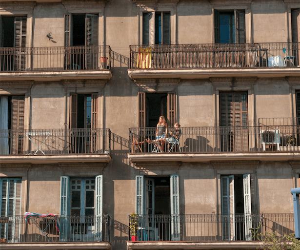 Come iniziare con airbnb? Affitto ordinario o airbnb? Ragazze sul balcone